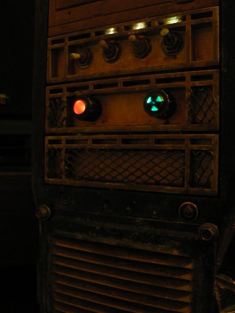 Доработана передняя панель, тумблеры заменены, установлены индикаторы работы реобаса, устранены мелкие эстэтические...
